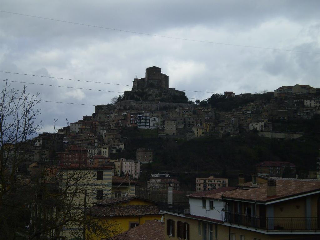 Монастыри располагаются за городом, в 3-х километрах выше по дороге