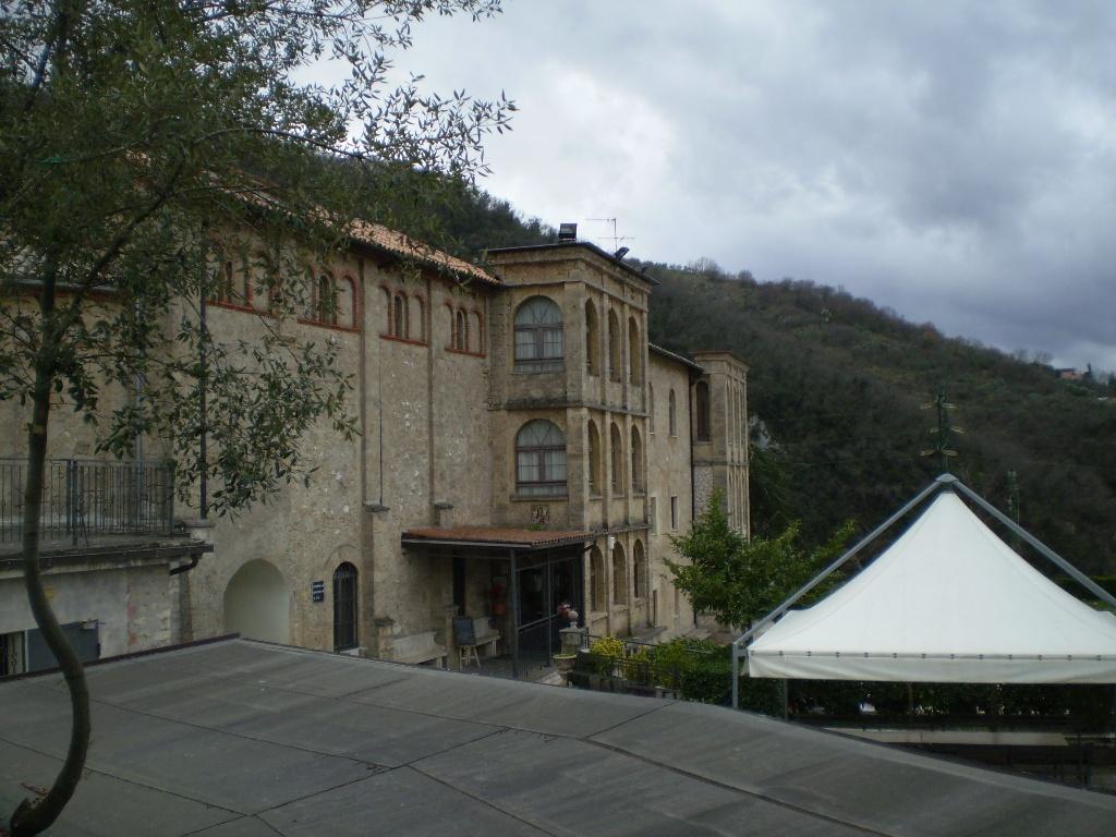 Гостиница располагается в нескольких зданиях.