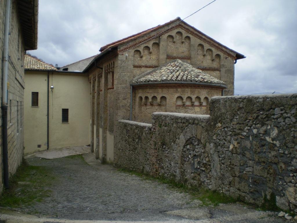 В монастыре есть постройки романского и готического времени.