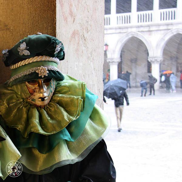 Маски и ряженые укрылись от непогоды в колоннадах Паллацо Дукале
